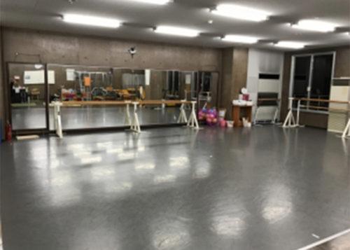 鏡のあるダンススタジオ